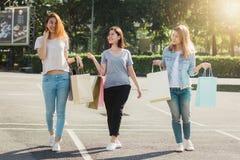 Groupe de jeunes achats asiatiques de femme sur un marché extérieur avec des paniers dans leurs mains Image libre de droits