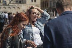 Groupe de jeunes actifs discutant avec émotion un plan ou une identification images libres de droits