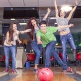 Groupe de jeunes adultes ayant jouer d'amusement Photographie stock
