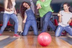 Groupe de jeunes adultes ayant jouer d'amusement Photos libres de droits
