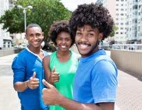 Groupe de jeunes adultes d'afro-américain montrant le pouce Photographie stock