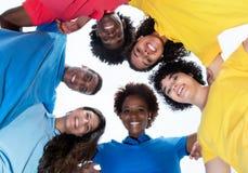 Groupe de jeunes adultes de métis en cercle Photo libre de droits