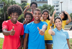 Groupe de jeunes adultes multi-ethniques heureux montrant des pouces Photos libres de droits