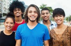 Groupe de jeunes adultes urbains heureux dans la ville Photos stock