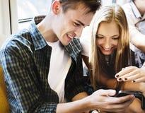 Groupe de jeunes amis adultes à l'aide des smartphones Photo stock