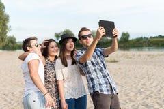 Groupe de jeunes amis adultes prenant Selfie Image libre de droits