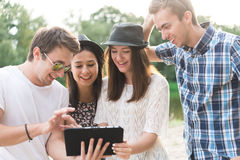 Groupe de jeunes amis adultes prenant Selfie Images libres de droits