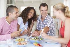Groupe de jeunes amis appréciant le repas ensemble Photographie stock