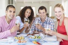 Groupe de jeunes amis appréciant le repas ensemble Photographie stock libre de droits