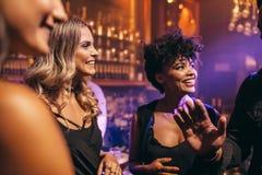 Groupe de jeunes amis appréciant une nuit au bar Photo libre de droits