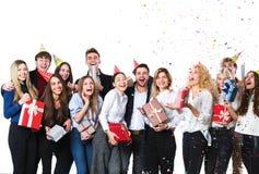 Groupe de jeunes amis attirants se tenant au-dessus du fond blanc Images stock