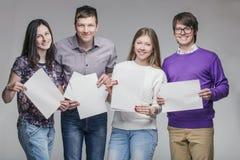 Groupe de jeunes amis avec le panneau d'annonce Photographie stock