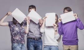 Groupe de jeunes amis avec le panneau d'annonce Photos libres de droits