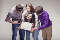 Groupe de jeunes amis avec le panneau d'annonce Photo libre de droits