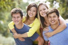 Groupe de jeunes amis ayant l'amusement dans la campagne Photographie stock libre de droits