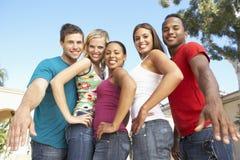 Groupe de jeunes amis ayant l'amusement ensemble Photos libres de droits