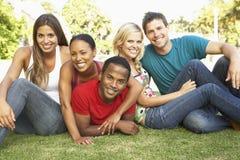 Groupe de jeunes amis ayant l'amusement ensemble Images stock