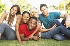 Groupe de jeunes amis ayant l'amusement ensemble Photo libre de droits