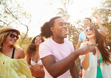 Groupe de jeunes amis ayant la partie sur la plage ensemble Images libres de droits