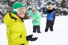 Groupe de jeunes amis ayant le combat de boule de neige Images libres de droits