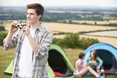Groupe de jeunes amis campant dans la campagne Photos stock