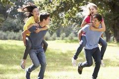 Groupe de jeunes amis courant par la campagne Photo libre de droits