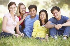 Groupe de jeunes amis détendant dans la campagne Photos libres de droits