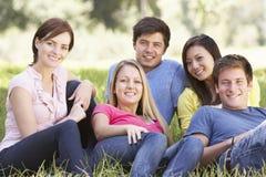 Groupe de jeunes amis détendant dans la campagne Photographie stock libre de droits