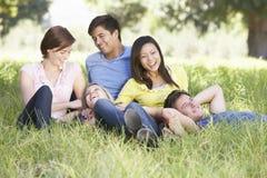 Groupe de jeunes amis détendant dans la campagne Photo stock