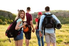Groupe de jeunes amis dans la région sauvage Saison de camping Image stock
