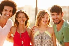 Groupe de jeunes amis des vacances d'été ensemble Image stock
