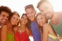 Groupe de jeunes amis des vacances d'été ensemble Image libre de droits