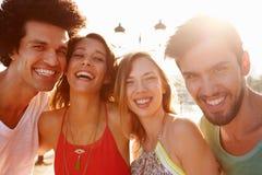 Groupe de jeunes amis des vacances d'été ensemble Photos libres de droits