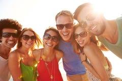 Groupe de jeunes amis des vacances d'été ensemble Photographie stock libre de droits