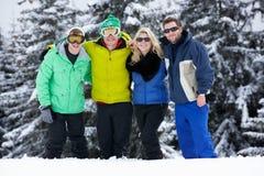 Groupe de jeunes amis des vacances de ski en montagnes Photos stock