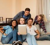 Groupe de jeunes amis ethniques multi prenant le selfie Photo stock