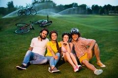 Groupe de jeunes amis gais détendant dehors Photo stock