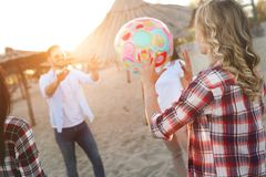 Groupe de jeunes amis gais jouant avec la boule Photographie stock