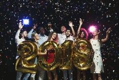 Groupe de jeunes amis heureux avec des ballons de nombre à la partie de nouvelle année Photo libre de droits