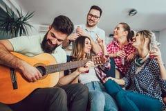 Groupe de jeunes amis heureux ayant l'amusement Images stock