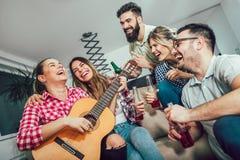 Groupe de jeunes amis heureux ayant l'amusement Photo stock