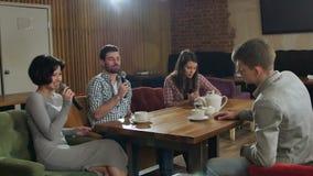 Groupe de jeunes amis heureux ayant l'amusement au karaoke, chantant, prenant le selfie, thé potable clips vidéos