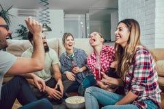 Groupe de jeunes amis heureux ayant l'amusement et buvant de la bière Photos stock