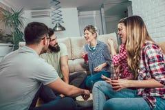 Groupe de jeunes amis heureux ayant l'amusement et buvant de la bière Photo libre de droits