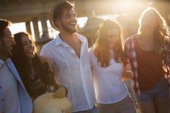 Groupe de jeunes amis heureux ayant le grand temps sur la plage Photographie stock libre de droits