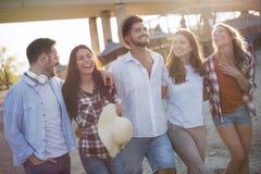 Groupe de jeunes amis heureux ayant le grand temps sur la plage Photos stock