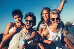 Groupe de jeunes amis heureux ayant le temps d'amusement Image libre de droits