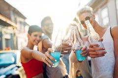 Groupe de jeunes amis heureux ayant le temps d'amusement Image stock