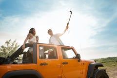 Groupe de jeunes amis heureux prenant un selfie Image libre de droits