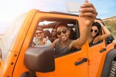Groupe de jeunes amis heureux prenant un selfie Photographie stock libre de droits